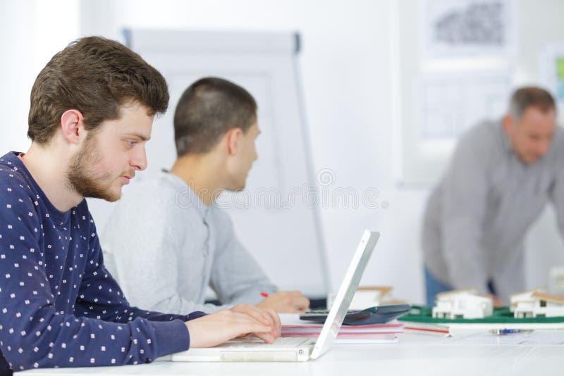Student i arkitekturutbildningsgrupp arkivfoton