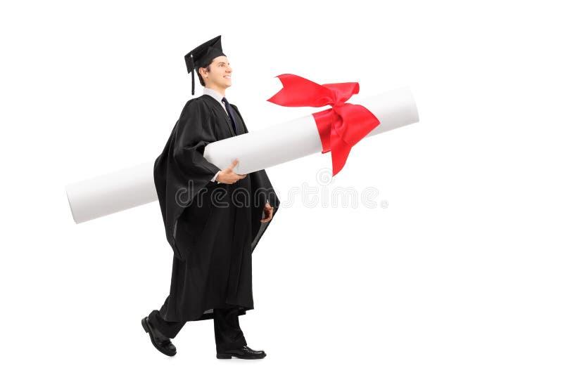 Student im Aufbaustudium, der ein enormes Diplom trägt lizenzfreies stockfoto