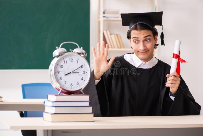 Student im Aufbaustudium vor gr?nem Brett lizenzfreies stockbild