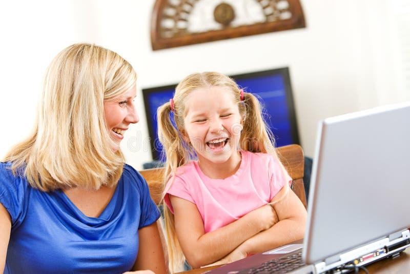 Student: Kind die terwijl het Leren om Laptop te gebruiken lachen royalty-vrije stock afbeelding
