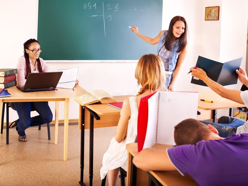 Student in klaslokaal dichtbij bord. stock foto