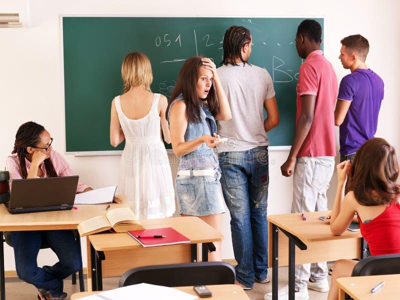Student in klaslokaal dichtbij bord. royalty-vrije stock foto