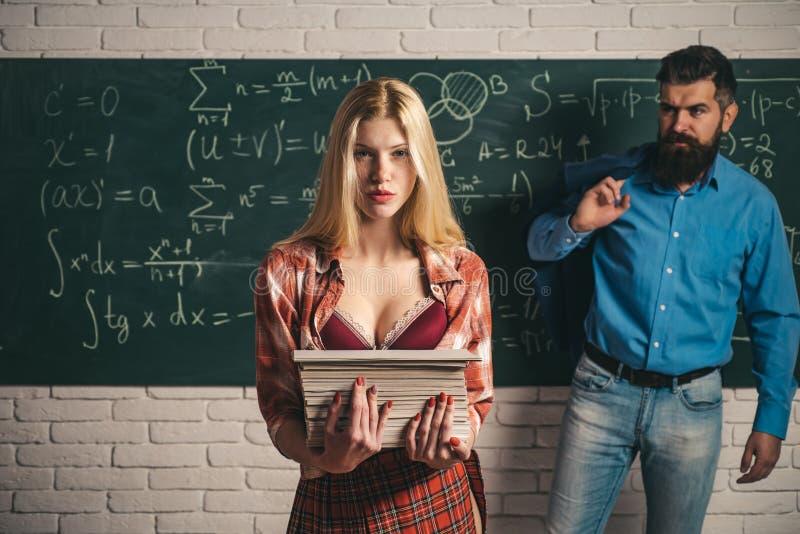 Student Life Par av mannen och kvinnan i klassrum Förälskade högskolestudenter och lärare tillsammans Kvinnlig student med a arkivbilder