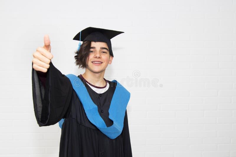 student med avl?ggande av examenlikformign royaltyfri fotografi