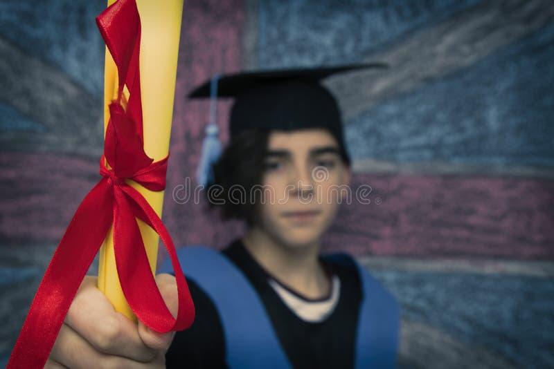 student med avl?ggande av examenlikformign royaltyfri foto