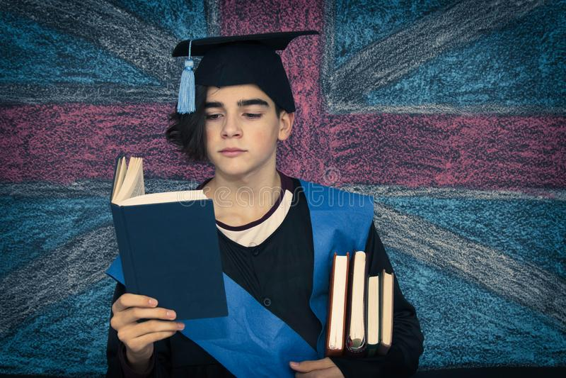 student med avl?ggande av examenlikformign arkivfoto