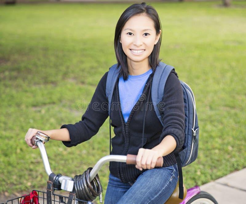 Student med cykeln royaltyfria bilder