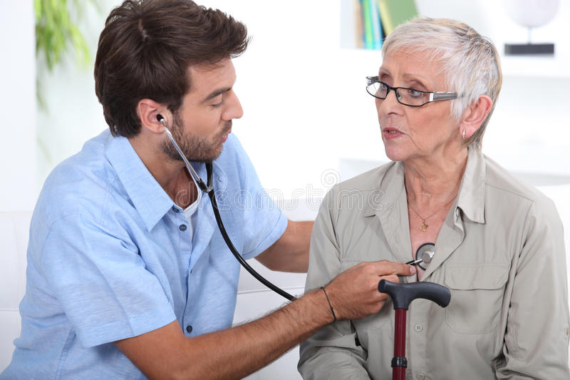 Student medycyny słucha kobiety klatka piersiowa zdjęcie stock