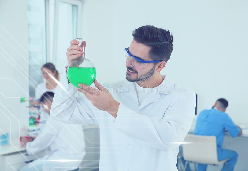 Student medycyny z szklanym kolbiastym działaniem w naukowym laboratorium zdjęcie royalty free