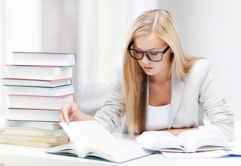 Student met boeken en nota's royalty-vrije stock afbeeldingen