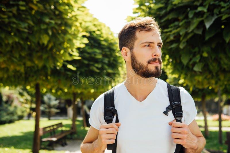 Student met buiten rugzak royalty-vrije stock foto