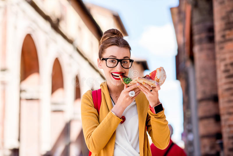 Student met pizza dichtbij de universiteit in de stad van Bologna royalty-vrije stock fotografie