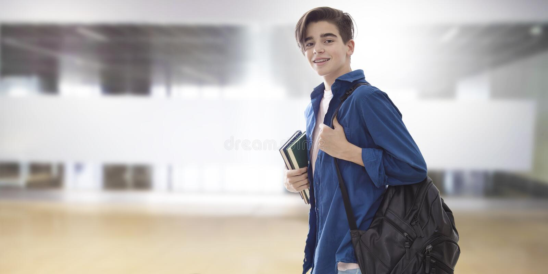 Student met rugzak en boeken bij universiteit stock afbeelding