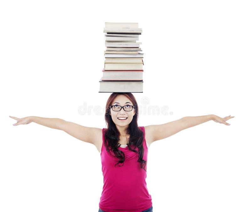 Student met stapel boeken op haar hoofd royalty-vrije stock foto