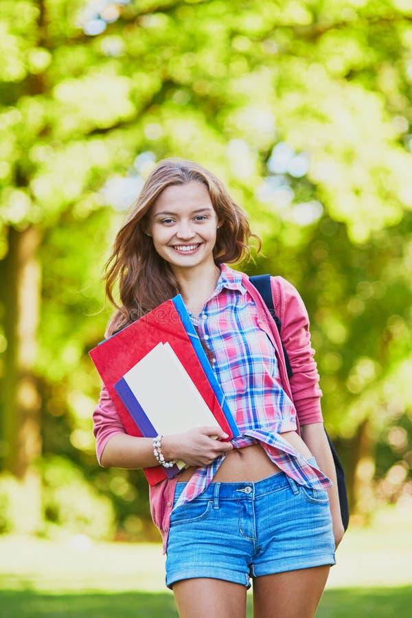 Student mit Büchern und Ordnern am Campus lizenzfreie stockfotografie