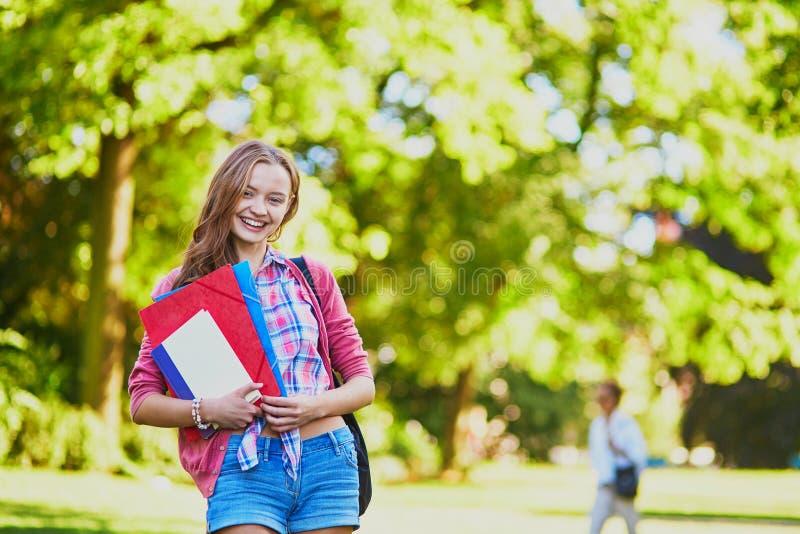 Student mit Büchern und Ordnern am Campus lizenzfreies stockbild