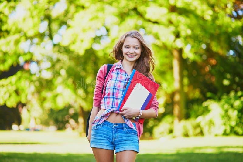 Student mit Büchern und Ordnern am Campus lizenzfreie stockbilder