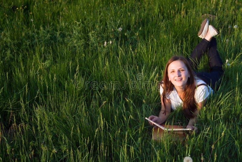 Student mit dem Buch lizenzfreies stockbild