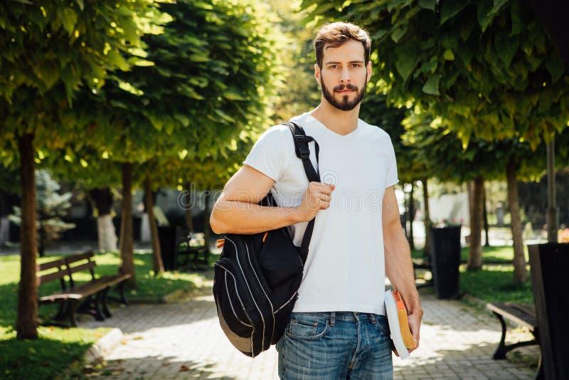 Student mit Rucksack draußen stockfoto