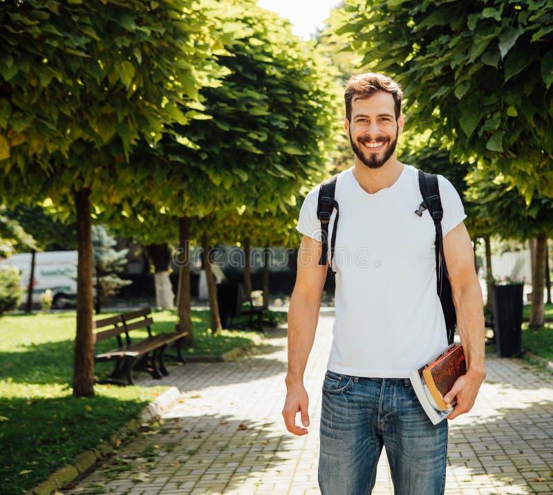 Student mit Rucksack draußen lizenzfreie stockfotos