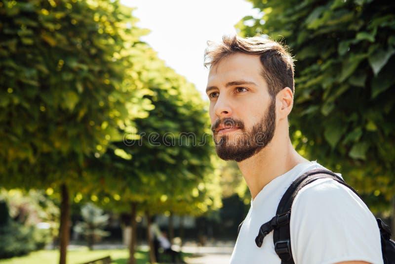 Student mit Rucksack draußen stockfotografie