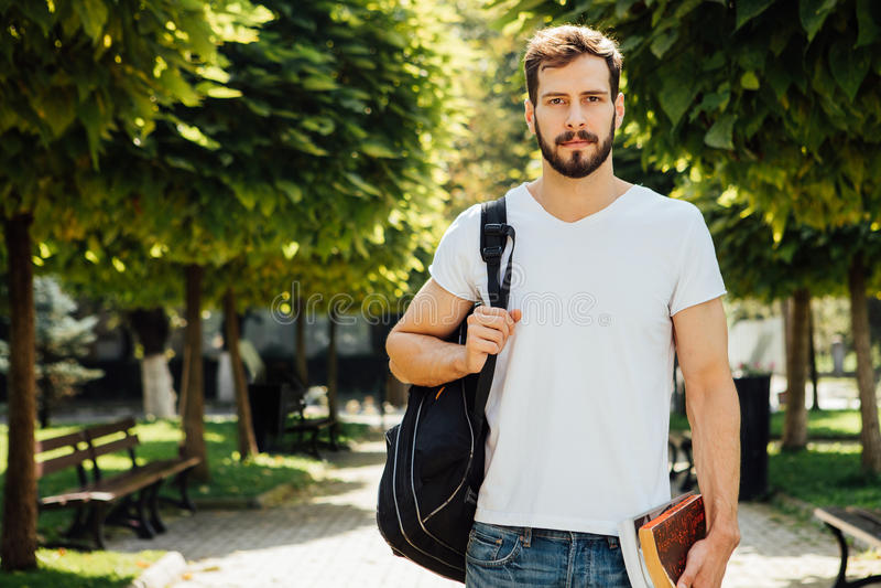 Student mit Rucksack draußen stockbilder