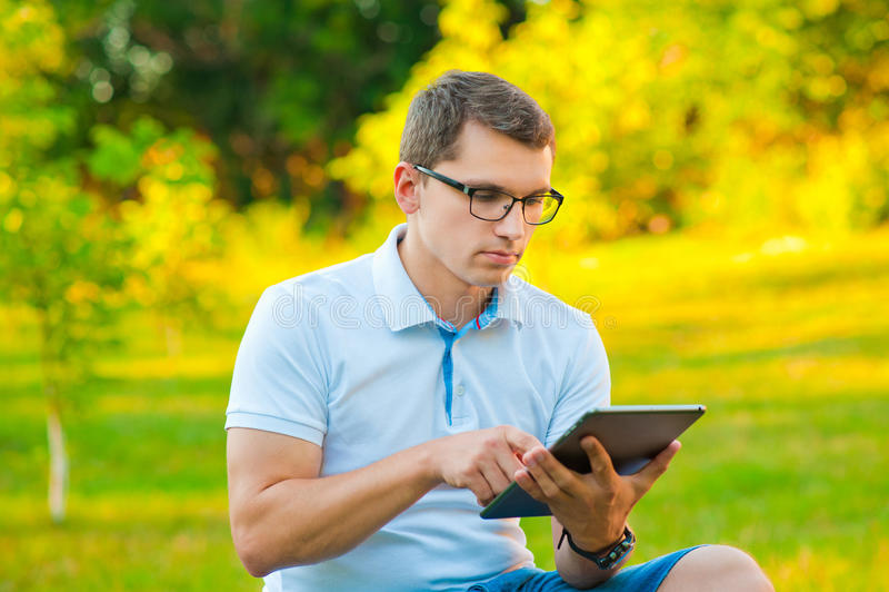Student mit Tablette draußen stockfotos