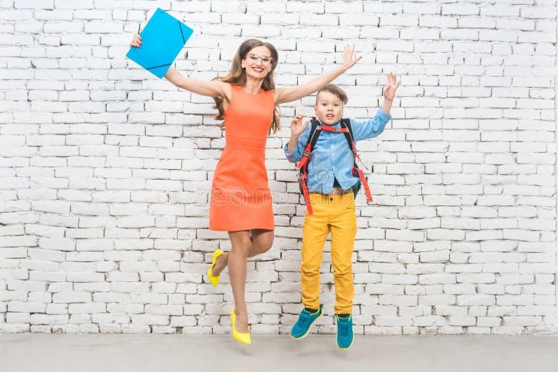 Student oder Schüler und Lehrer, die über Schule aufgeregt wird stockbilder