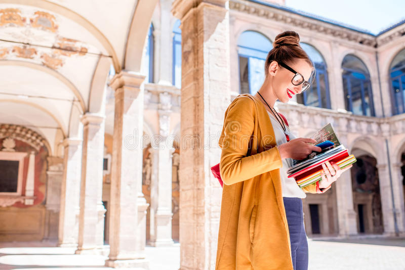 Student op de oudste universiteit in de stad van Bologna stock afbeeldingen