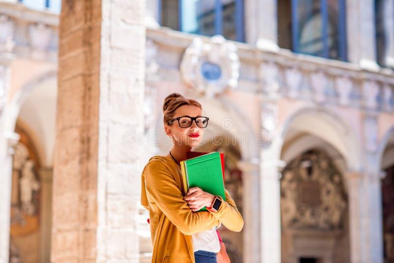 Student op de oudste universiteit in de stad van Bologna stock foto