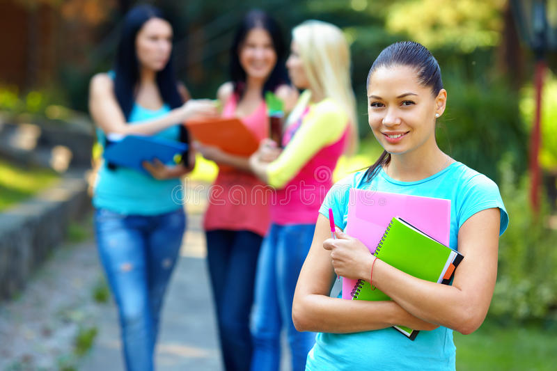 Student openlucht op groeps mensen achtergrond stock afbeelding