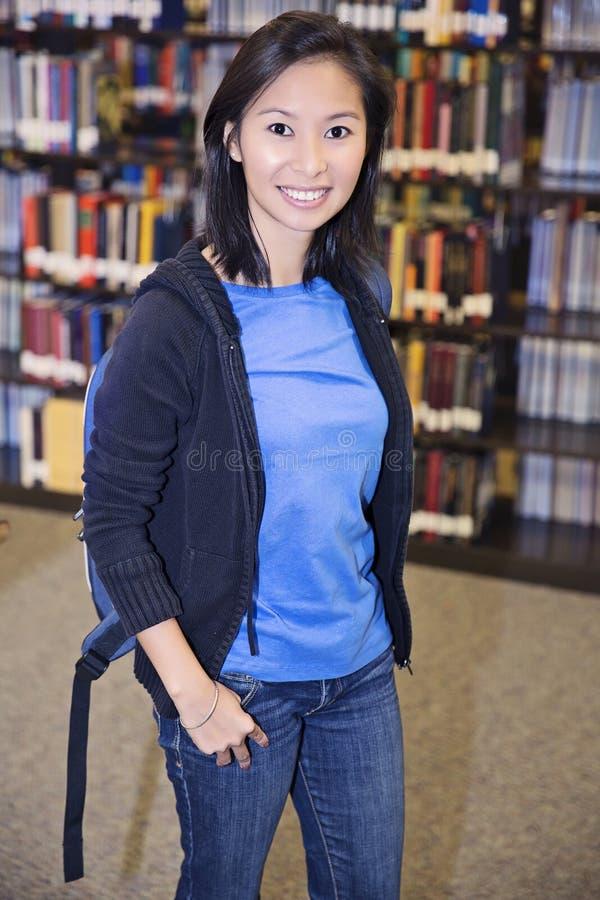 Student på universitetsområde arkivfoto