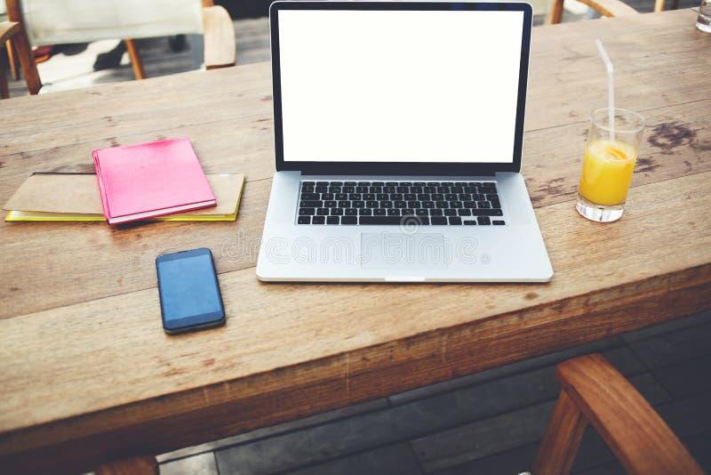 Student ` s Laptop-Computer mit Spott herauf Kopienraumschirm zu Ihrer Werbetextmitteilung oder fördernden Information lizenzfreie stockfotografie