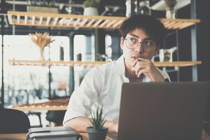 Student som använder datoren för att lära leasson direktanslutet på kafét stjärna arkivbild