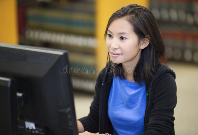 Student som arbetar på datoren royaltyfria foton