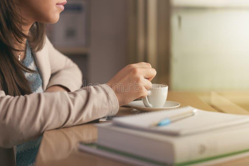 Student som har ett kaffeavbrott royaltyfri fotografi