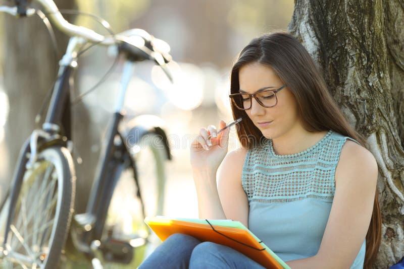 Student som memorerar bärande glasögon arkivfoto