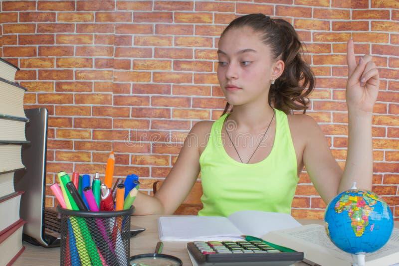 Student ung flicka som arbetar på hans läxa Stående av den nätta flickahögstadiumstudenten som studerar och skriver royaltyfria foton