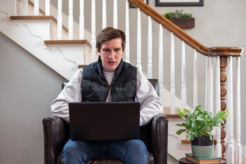 Student van het college die laptop computer thuis gebruikt royalty-vrije stock afbeeldingen