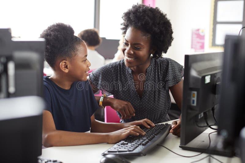 Student Working för lärareHelping Female High skola på skärmen i datorgrupp royaltyfria foton