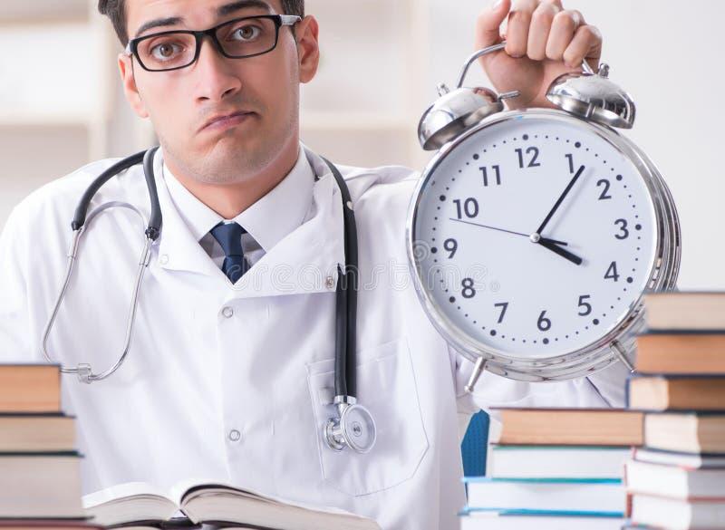 Studenta medycyny bieg z czasu dla egzamin?w zdjęcie royalty free