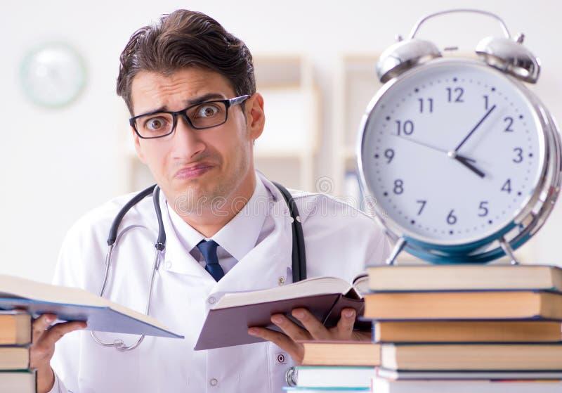 Studenta medycyny bieg z czasu dla egzamin?w fotografia stock