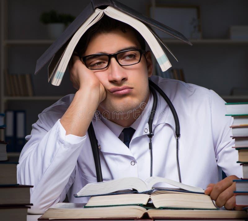 Studenta medycyny narz?dzanie dla uniwersyteckich egzamin?w przy noc? obraz stock