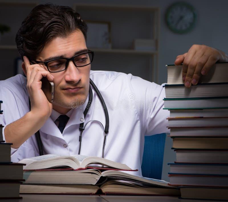 Studenta medycyny narz?dzanie dla uniwersyteckich egzamin?w przy noc? obraz royalty free