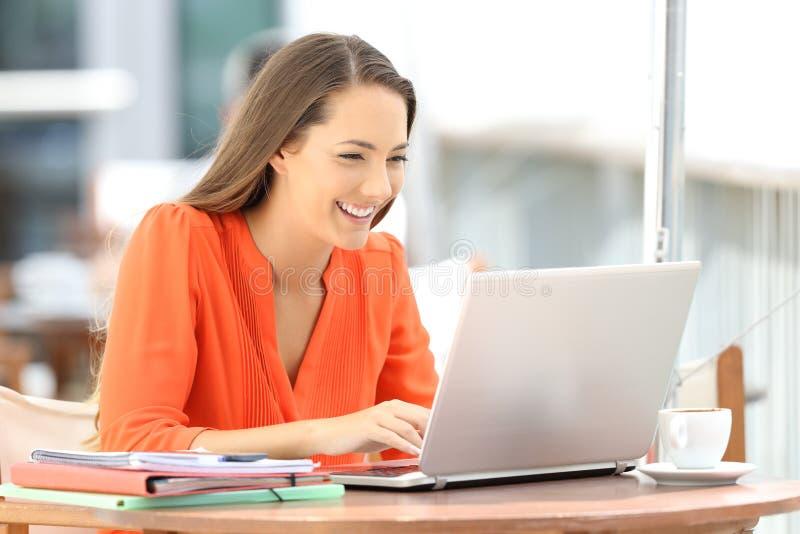 Studenta uniwersytetu nauczanie online z laptopem w barze
