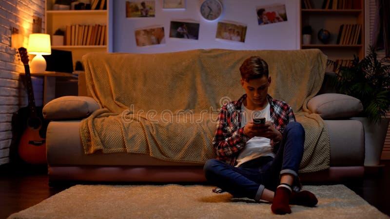 Studente adolescente turbato che ha problemi con la comunicazione in tensione, chiacchierante sul telefono fotografie stock libere da diritti