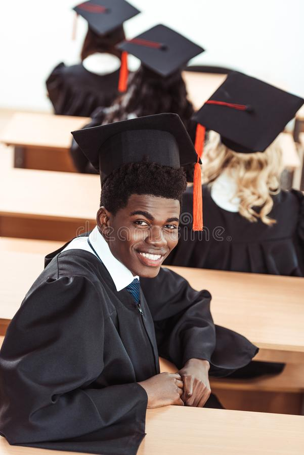 studente afroamericano in costume di graduazione immagini stock libere da diritti