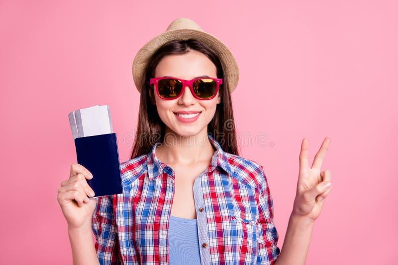 Studente amichevole attraente del ritratto il bello rendere av-segno il contenuto alla moda di giro vago allegro di sogno ispirat fotografie stock