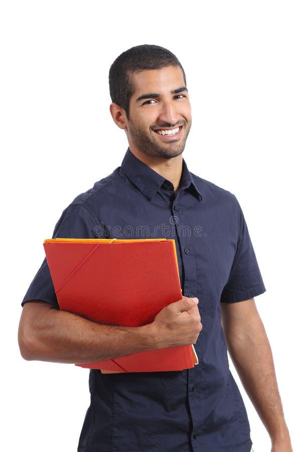 Studente arabo casuale adulto dell'uomo che posa le cartelle diritte della tenuta fotografia stock