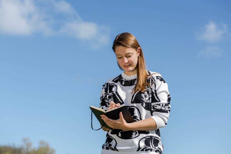 Studente che giudica un libro disponibile fotografia stock